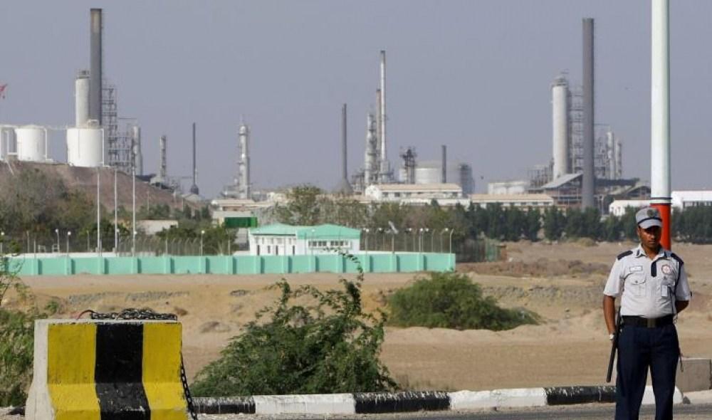 Photo of حكومة هادي تعلن عن اختفاء 30الف طن من الوقود ومراقبون يتهمونها بالعجز في توفير المشتقات