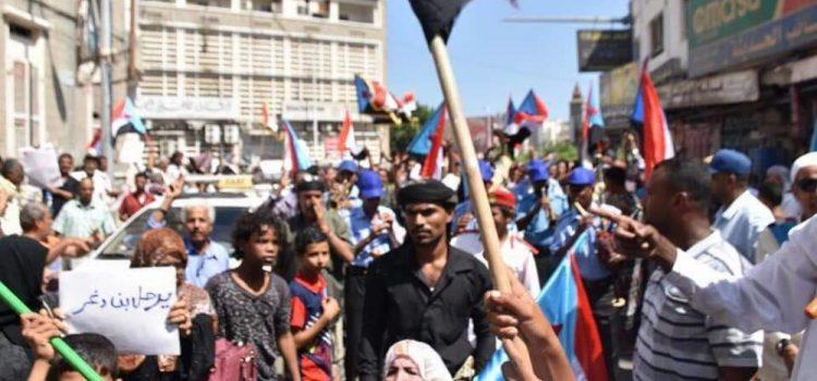 Photo of أبناء محافظات الجنوب اليمني يتهمون الشرعية والتحالف السعودي بافتعال الأزمات والتآمر عليهم