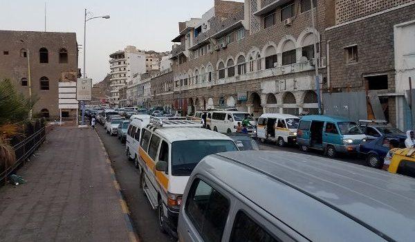 Photo of عدن: طوابير طويلة للمواطنين أمام محطات الوقود عقب نفاد المشتقات النفطية