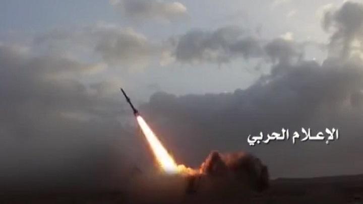 Photo of صاروخ باليستي يدك معسكر الحرس الوطني السعودي بنجران