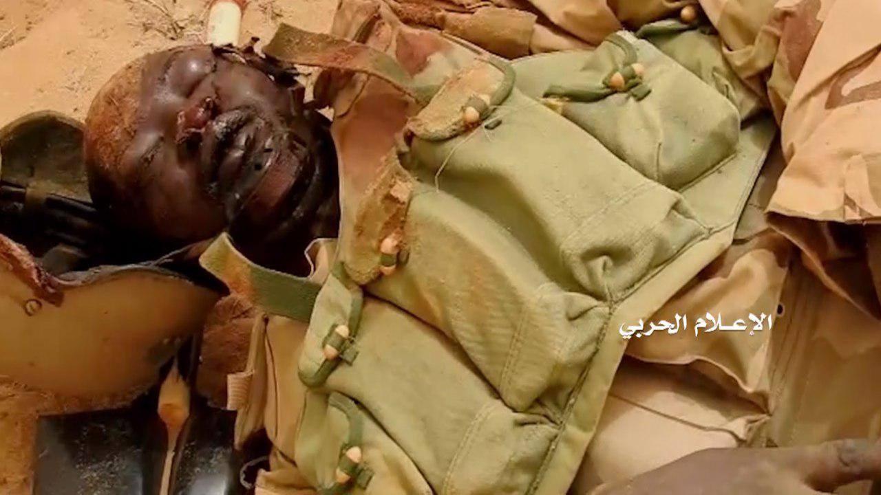"""Photo of الإعلام الحربي التابع للحوثيين يوثق مقبرة جديدة للجنود السودانيين والمدرعات في ميدي """"صور"""""""