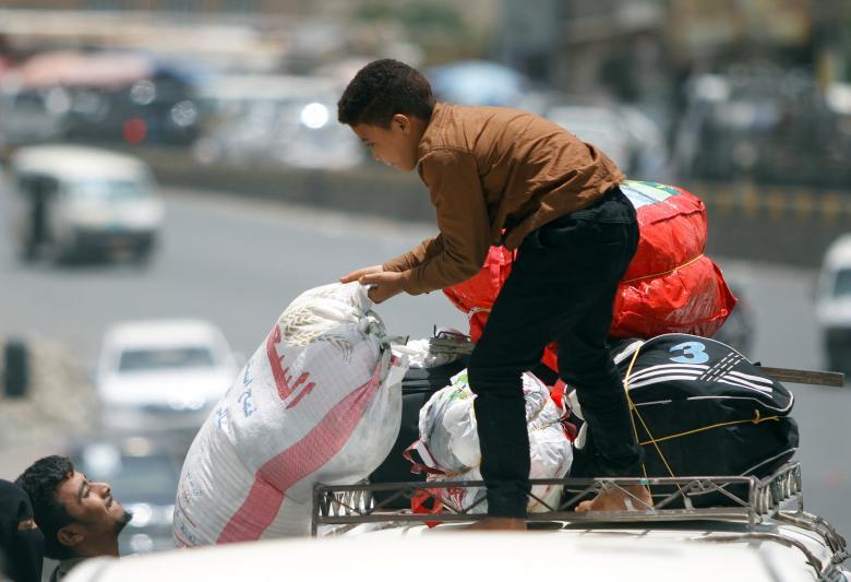 "Photo of يا ""شرعية الوحل"" لماذا يهرب النازحون إلى مناطق الحوثيين؟"