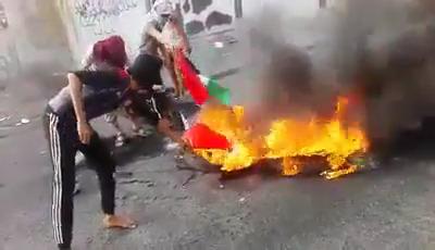"""Photo of من قلب عدن..جنوبيون يحرقون الاعلام الاماراتية """"فيديو"""""""