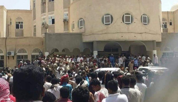 """Photo of لهذا السبب..الإمارات تعتقل """"صحفيين ،ناشطين ،مواطنين"""" في مدينة سيئون"""