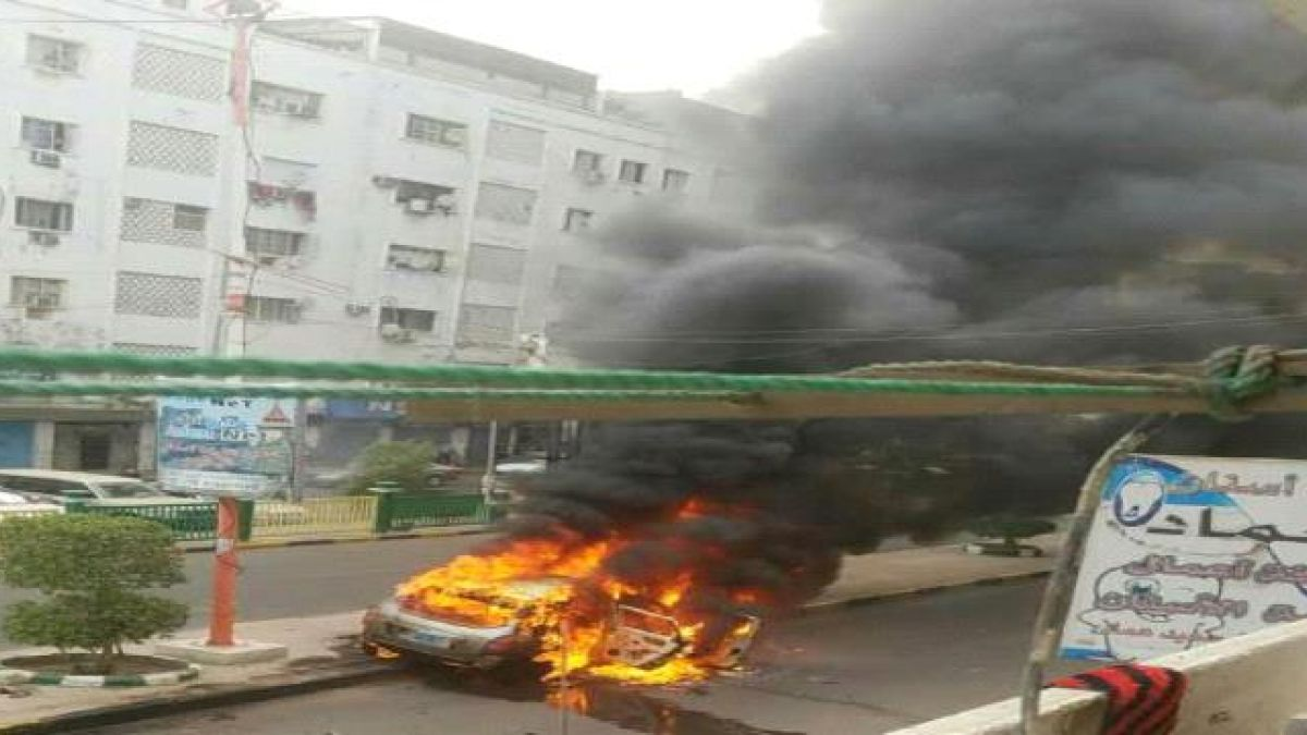 Photo of إضرام النار في سيارة قيادي تابع للتحالف بعدن