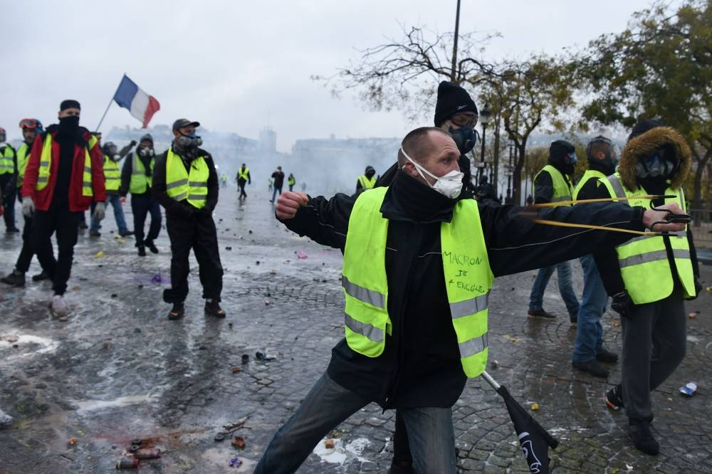 """Photo of شاهد.. اعنف المواجهات بين """"السترات الصفراء"""" والشرطة الفرنسية"""