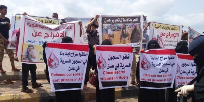 Photo of الإنتقالي يمنع أمهات المختطفين من تنظيم وقفة احتجاجية امام المعاشيق