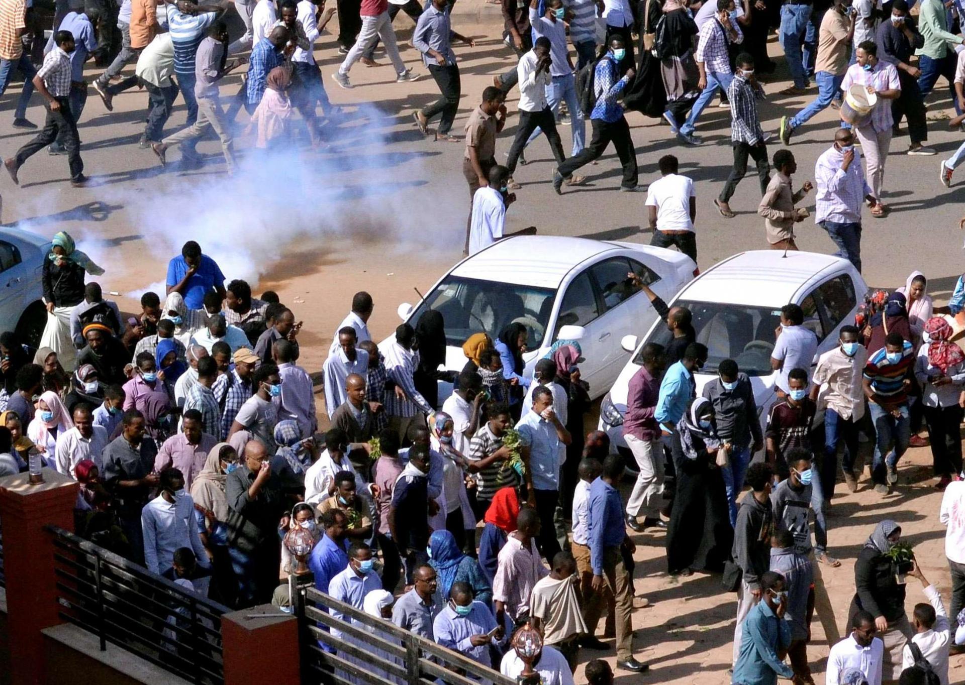 Photo of السلطة السودانية تطلق قنابل الغاز على مظاهرات تطالب بتنحي البشير