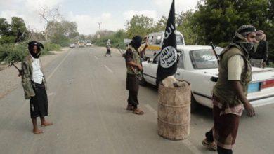 """Photo of """"القاعدة"""" ترفع علمها وسط مدينة المحفد بأبين"""