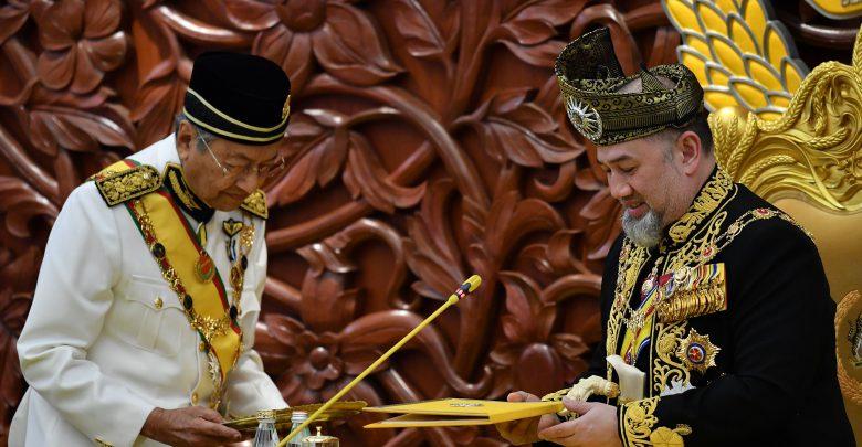 Photo of ملك ماليزيا يعلن تخليه عن العرش