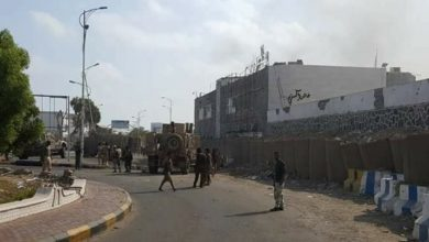 Photo of محتجون يقطعون طريق البريقة بسبب مقتل صياد في سجون الامارات بعدن