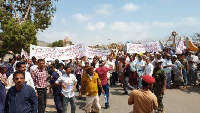 Photo of وقفة احتجاجية تصعيدية لعمال شركة النفط بعدن تفتح أبواب السوق السوداء