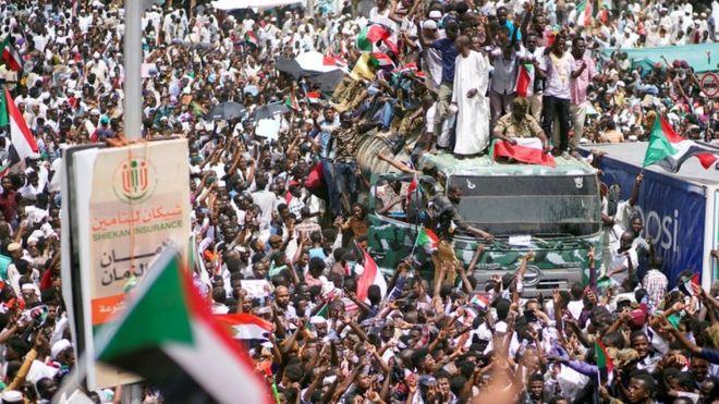قوات الشرطة السودانية تطلق الغاز المسيل للدموع على المتظاهرين