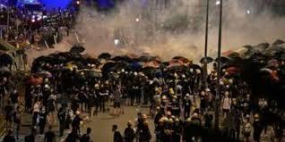 "Photo of شرطة ""هونغ كونغ"" تطلق الغاز المسيل للدموع على الآلاف من المحتجين"