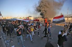Photo of مظاهرات دامية بالعراق وإعلان حظر التجول في محافظات عراقية