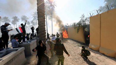 Photo of محتحون يقتحمون السفارة الأمريكية بالعراق ويضرمون النار فيها