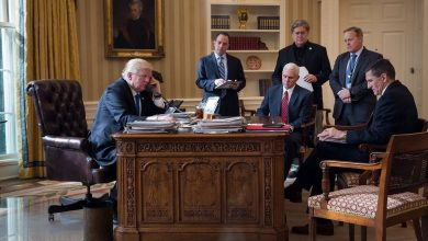 "Photo of كتاب: ترامب وبخ مساعديه لعدم الرد على اتصال هاتفي من ""الرجل الوحيد القادر على تدميرنا"""