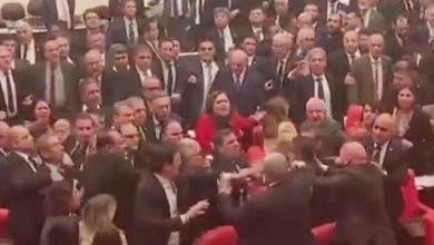 Photo of عراك جماعي بالأيدي بين أعضاء البرلمان التركي بسبب إدلب