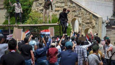 "Photo of هتافات مناهضة للسعودية.. عراقيون يقتحمون قناة ""أم بي سي"" في بغداد"
