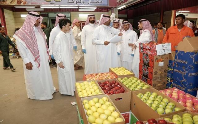 بسبب القيمة المضافة.. السعوديون يهرعون الى المحال التجارية لشراء السلع وتخزينها
